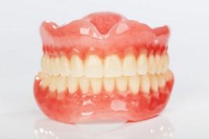 Comment procéder au nettoyage des prothèses dentaires