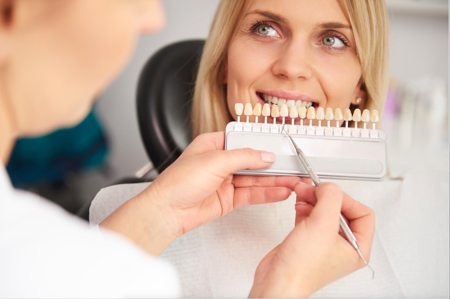 Femme qui reçoit une consultation pour la couleur de ses dents.