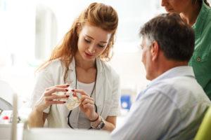 Comment participer à la fabrication de prothèses dentaires sur implants