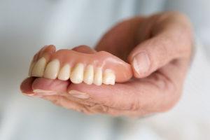 Blanchir les dents d'une prothèse dentaire?